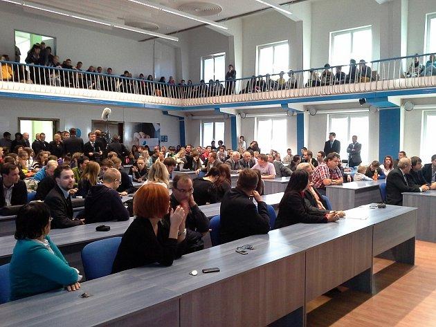 Čekání na prezidenta. Miloš Zeman vrámci své návštěvy kraje se sejde ise studenty Vysoké školy podnikání vOstravě.