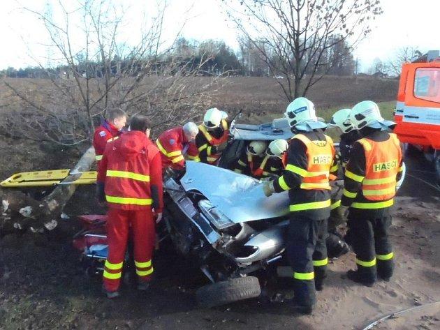 Vážná nehoda u Neplachovic. Auto narazilo do stromu.
