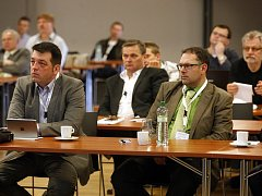 Lékaři René Boglevský a Tomáš Pavliska (vpravo) během mezinárodního sympozia zabývajícího se plastikami zkřížených vazů a jednodenní chirurgie, které se konalo v Multifunkční aule Gong v Dolní oblasti Vítkovic.