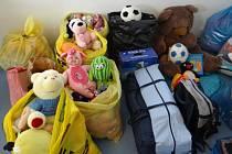 Hasiči mezi sebou vybrali oblečení a hračky pro potřebné. Foto: HZS MSK