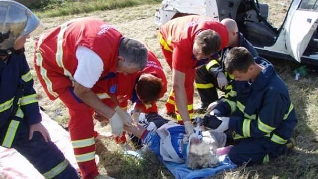Záchranáři společně s hasiči zachraňovali v neděli dopoledne životy na silnici u Starého Jičína