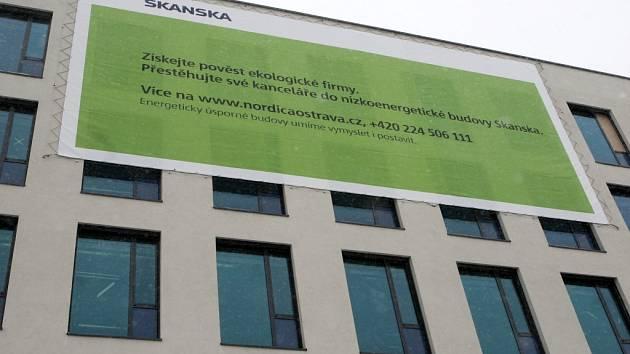 Nízkoenergetické kanceláře Nordica hledají nové nájemce i pomocí obrovských poutačů.