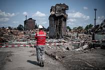 V areálu společnosti Vítkovice Steel probíhají dokončovací práce na demolici ocelárny zavřené v roce 2015 kvůli zpřísňování ekologických limitů, 21. července 2021 v Ostravě.