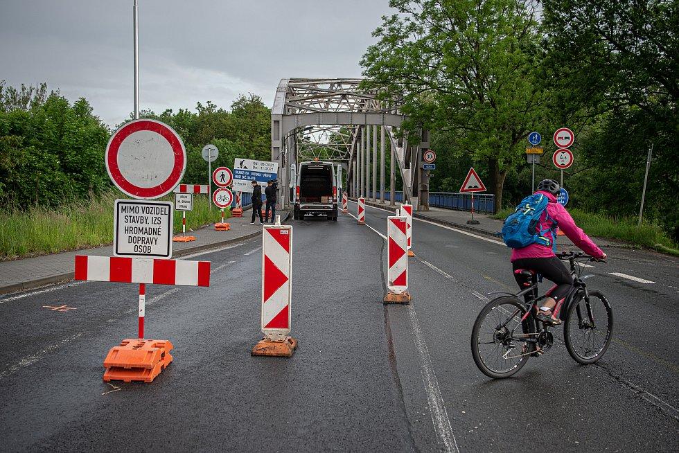 Ranní situace hned první den uzavírky mostu přes řeku Odru v Ostravě-Přívoze a jeho okolí, 31. května 2021.