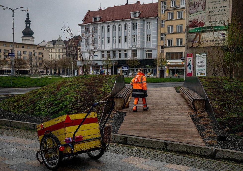 Nepořádek v Komenského sadech v sobotu ráno 1. května 2021 v Ostravě. Úklid v centru Ostravy.