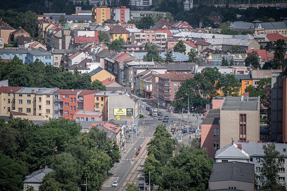 Odborná firma rozebere 84 metrů vysoký plynojem MAN který stojí na ulici 1. máje, snímek z 14. června 2021. Plynojem je už přes 10 let nevyužitý. Pohled na městskou část Mariánské Hory a Hulváky.