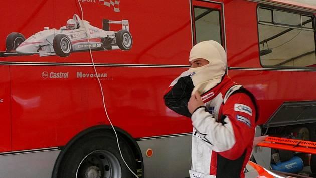 Příprava Davida Palmiho před závodem.