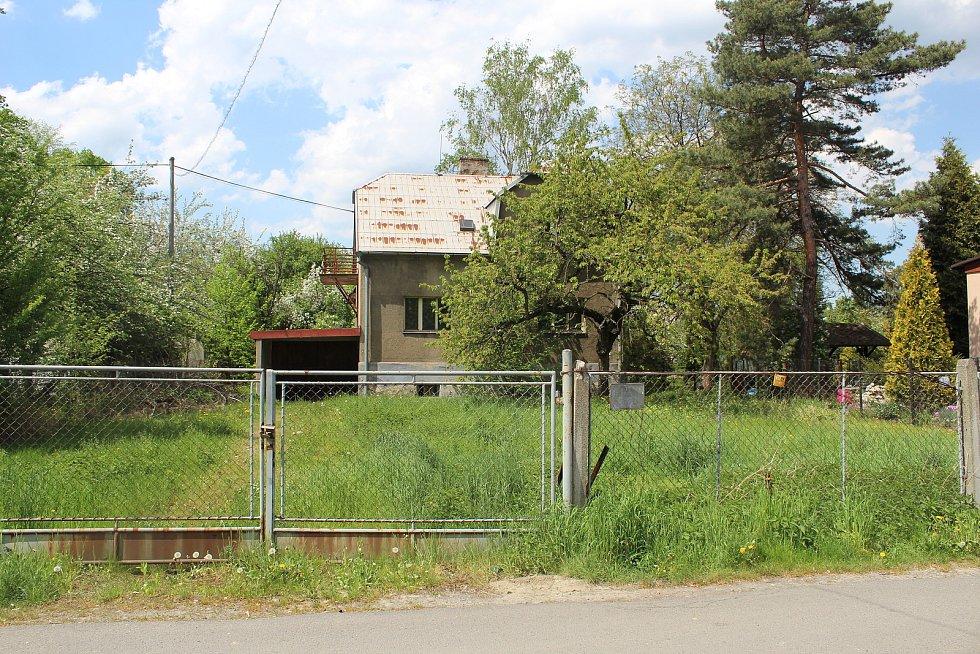 Usedlíkům v Ostravě-Kunčicích se nelíbí záměr výstavby skladovací haly a kácení toho mála lesního porostu, který v okolí je. Obávají se také zvýšení frekvence nákladní dopravy a skladování stavebního materiálu. Na snímku domy v sousedství.