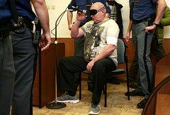 Maroš Gajdošík se po útoku na sousedy střelil do hlavy. V důsledku poranění je nyní slepý. Kvůli akutnímu zánětu přišel k v úterý k soudu s páskou přes oči.
