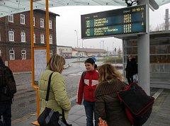 Cestující na zastávce. Ilustrační foto