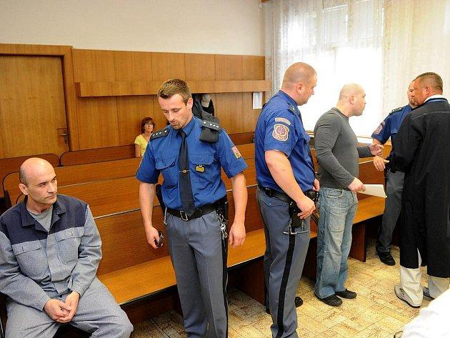 Na lavici obžalovaných před krajským soudem v Ostravě usedli včera muži, kteří měli na různých místech Moravskoslezského a Olomouckého kraje prodávat či zprostředkovávat prodej hašiše.