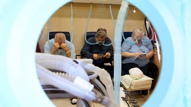 POBYT v hyperbarické komoře nejčastěji pomáhá lidem s otravami oxidem uhelnatým, s infekcemi, po nejrůznějších úrazech, s poruchami sluchu, mozku, potápěčům.