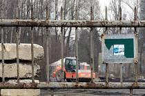 Areál bývalých Vratimovských papíren využívá firma SIMUL trust jako překladiště pro palivo z lagun. Hromady páchnoucí hmoty začaly v těchto dnech mizet.