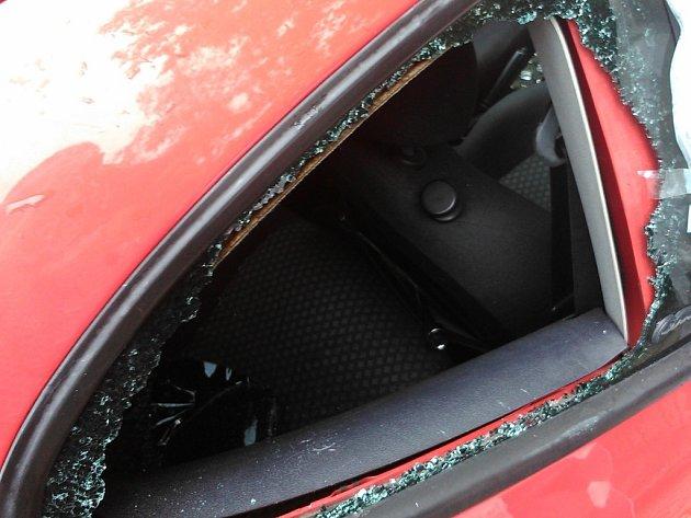 Rozbité okno u auta. Ilustrační foto