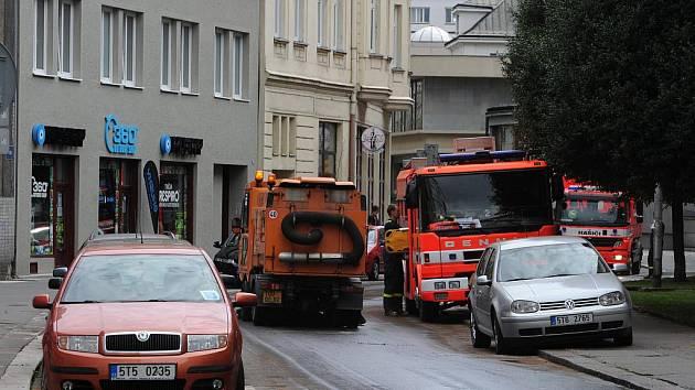 Ostravští hasiči museli v pátek odpoledne zasahovat u domu na Tyršově ulici v centru Ostravy, kde někdo vylil na silnici fritovací olej.