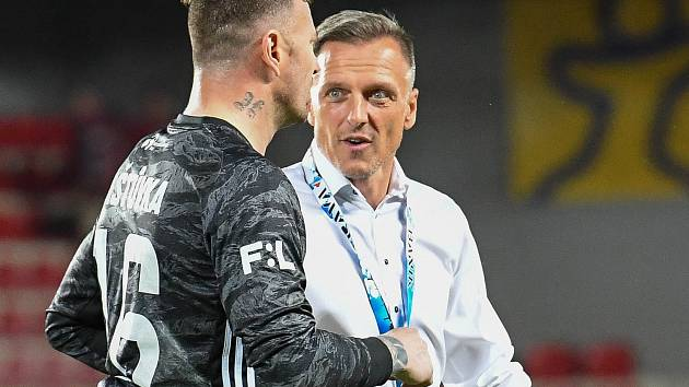 Fotbalisté Baníku Ostrava se budou muset v sobotu v Příbrami při restartu ligy obejít kvůli koronavirové nákaze také bez kapitána Jana Laštůvky a hlavního kouče Luboše Kozla.