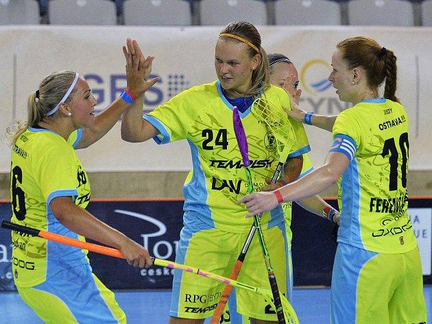 DENISA RATAJOVÁ (uprostřed) už zase válí ve Vítkovicích. Na Czech Open pomohla úřadujícím českým mistryním až do finále.