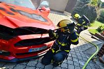 O požáru Fordu Mustang ve velké garáži rodinného domku v Šenově bylo operační středisko hasičů informováno v pátek krátce po půl třetí odpoledne.