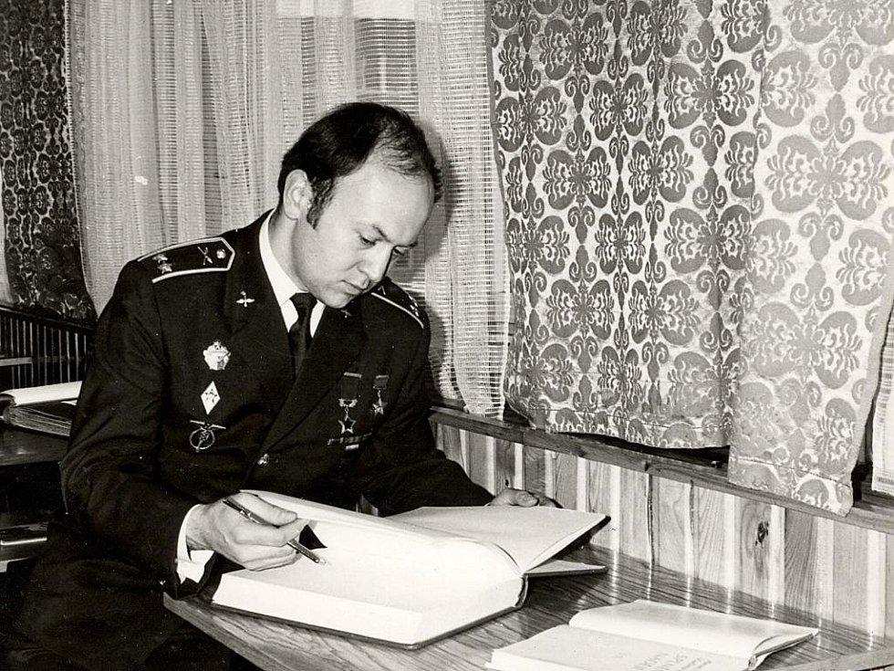 Vzácná návštěva věznice - kosmonaut Vladimír Remek.