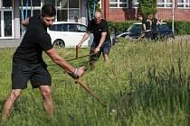V Ostravě-Hrabůvce využili vysokou trávu k osobnímu tréninku.