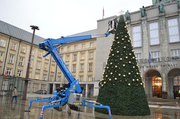 Odstraňování vánočních ozdob v centru Ostravy.