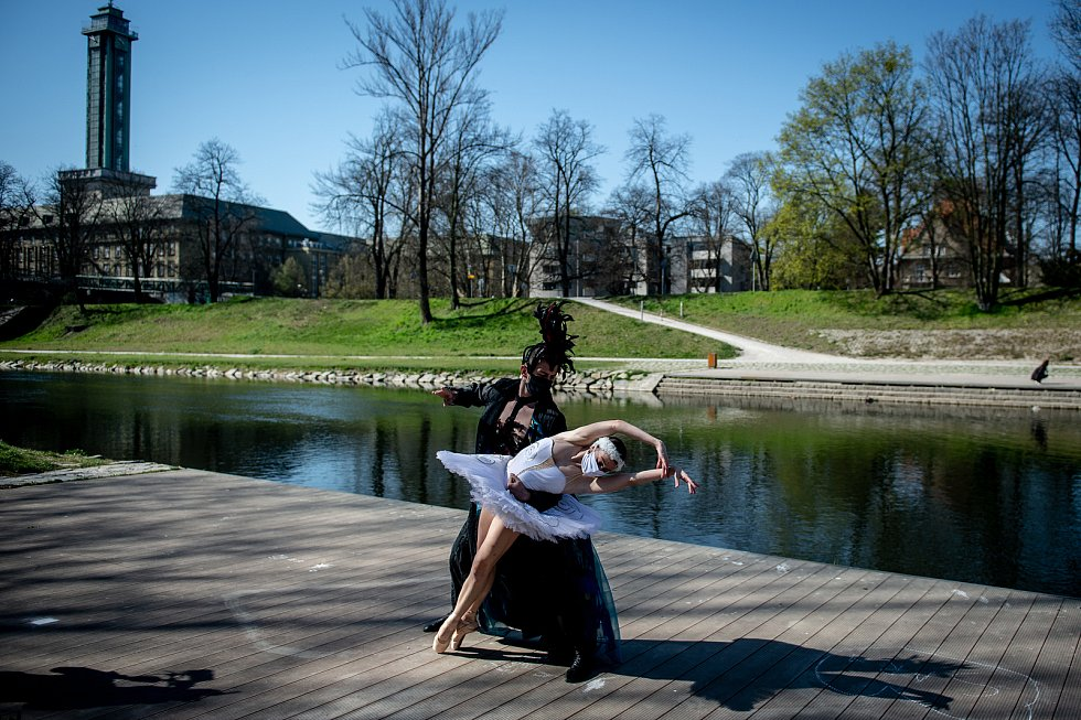 Natáčení speciálního streamu baletu NDM v rámci projektu Divadlo pod rouškou 9. dubna 2020 v Ostravě. Brittany Catalinas Haws (Angličanka) a Yago Catalinas Heredia (Španěl) – fragment z Labutího jezera.