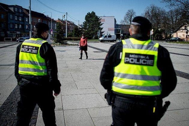 Ostravští strážníci mimo jiné kontrolují, zda lidé dodržují nařízení ozakrývání úst a nosu.