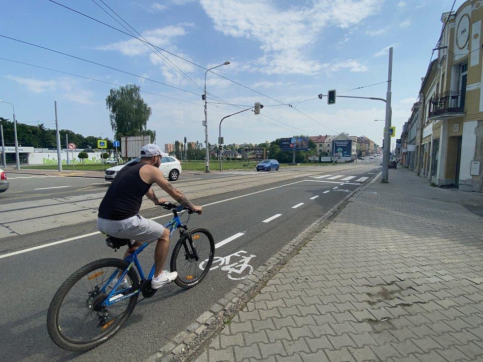 Realizace 1. etapy opatření pro cyklisti na ulici 28. října v Mariánských horách, 8. června 2021.