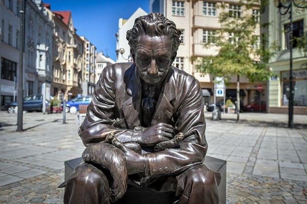 Socha Leoše Janáčka (dílo Davida Moješčíka) na Jiráskově náměstí vOstravě.