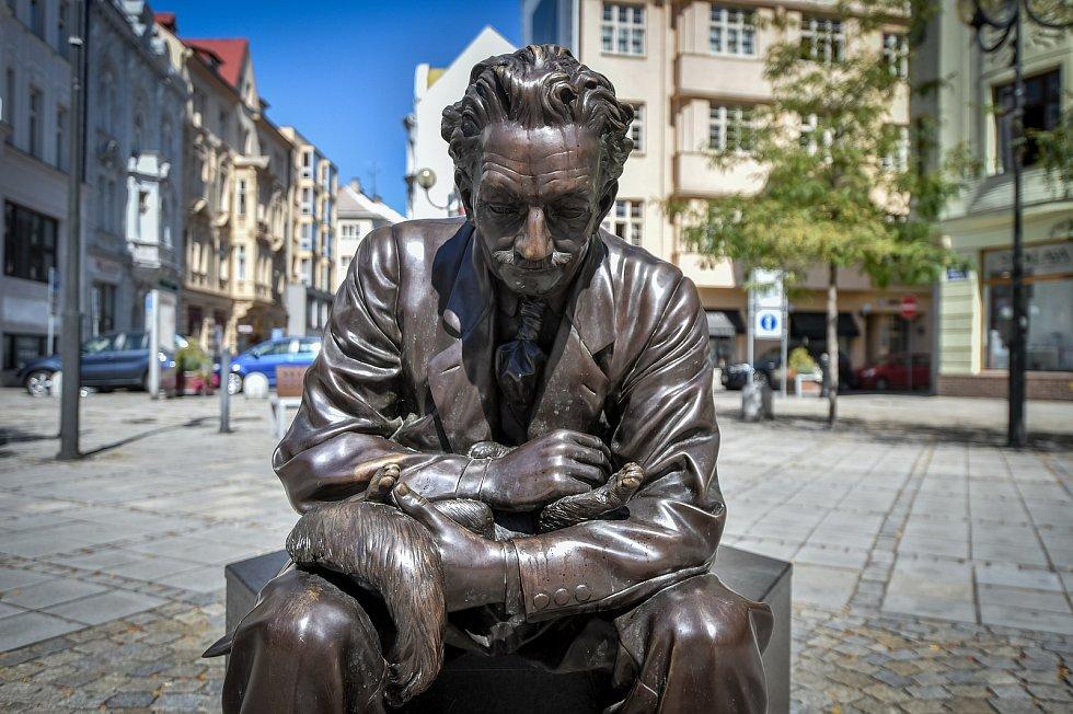 Socha Leoše Janáčka (dílo Davida Moješčíka) na Jiráskově náměstí v Ostravě.