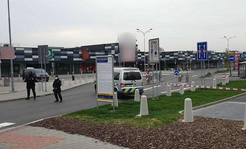 Kvůli hrozbě musely být evakuovány desítky lidí. Foto: Policie ČR