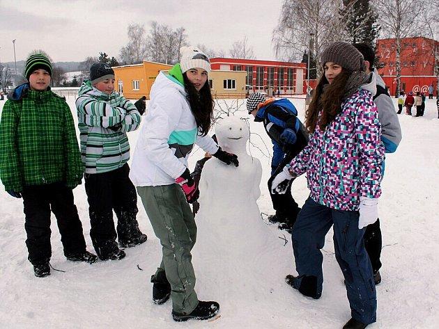 Do stavění sněhuláků se s obrovskou vervou pustili školáci z Mořkova.