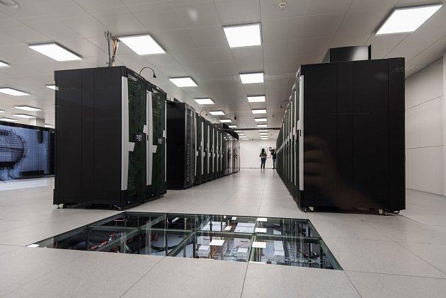 Jeden znejvýkonnějších superpočítačů na světě byl oficiálně spuštěn na VŠB-Technické univerzitě Ostrava.