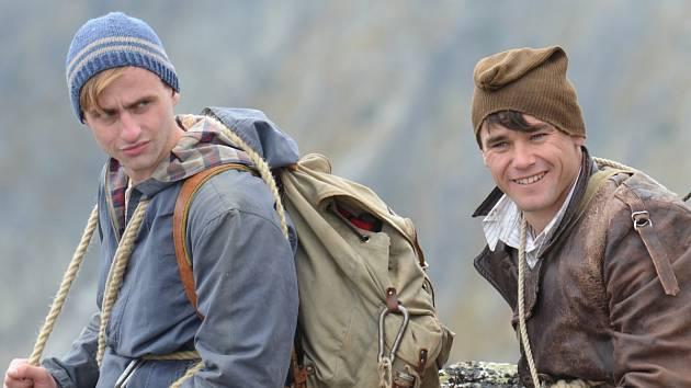 VAVŘINEC HRADILEK (Joska Smítka na snímku vpravo) a Petr Šmíd ve filmu Tenkrát v ráji.