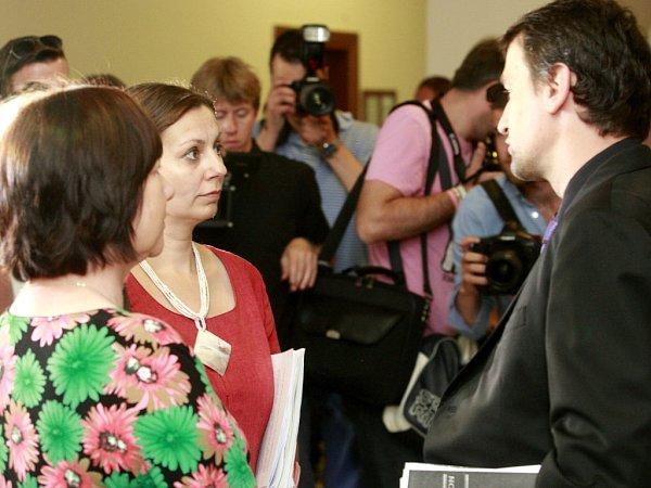 Vpořadí šestý den soudu sPetrem Kramným. Na fotografii vpravo MUDr. Marek Dokoupil.