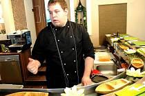 JAKUB LAŠEK pri pripravuje japonskou pochoutku sushi.