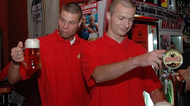ZA PÍPOU to fotbalistům ostravského Baníku Davidu Bystroňovi i Václavu Svěrkošovi šlo.