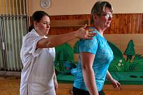 Na snímku fyzioterapeutka Pavla Kusynová Vichnarová při cvičen s pacientkou.