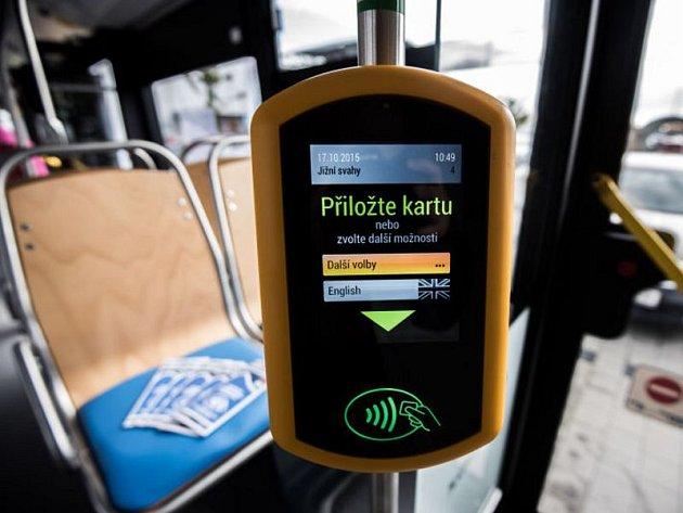 Dopravní podnik Ostrava v sobotu na parkovišti u Globusu v Plesné odstartoval akci věnovanou prezentaci nového odbavovacího systému v městské hromadné dopravě,který bude fungovat od 1. listopadu letošního roku.