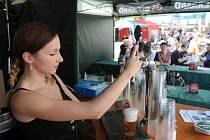 Před obchodním centrem Forum Nová Karolina to v těchto dnech žije! Odstartoval tady totiž první ročník pivního festivalu Karolina Oktoberfest. První sud v pátek v 16 hodin narazil ostravský primátor Petr Kajnar.