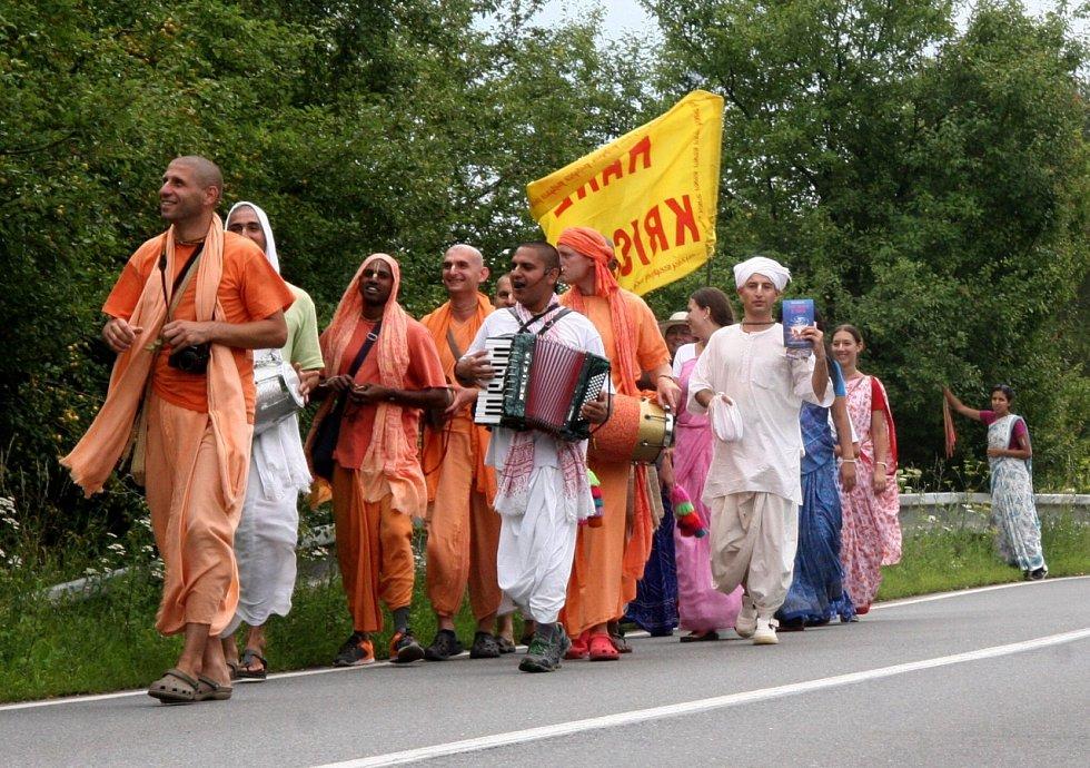 Oddaní vyznavači náboženského směru Hare Krišna na pochodu Padajátra.
