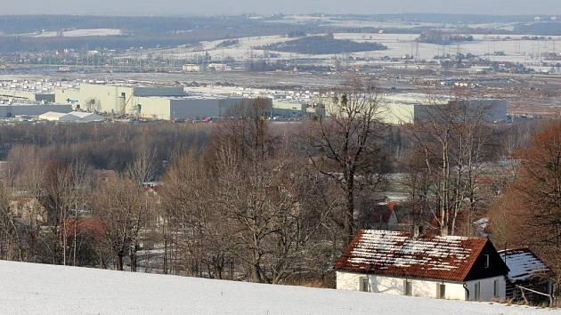 AUTOMOBILKA ROSTE. Továrna společnosti Hyundai roste v malebném Podbeskydí doslova jako z vody. Současného nařízení k odstranění hal se nebojí. Je to prý součást následného povolování změn ve výstavbě.