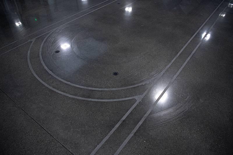 Robotizovaný sklad sklad sýrů společnosti Gran Moravia, 12. srpna 2021 v Cogollo del Cengio v provincii Vicenza, Benátsko, Itálie. Autonomní vozítka jsou napájena pomocí indukční podlahy.
