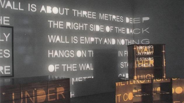 Instalace Jána Mančušky. Prostor za zdí z výstavy Začátek století 2000 2010.