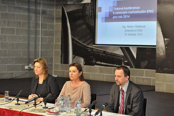 Snímek ztiskové konference Energetického regulačního úřadu vOstravě. Uprostřed šéfka úřadu Alena Vitásková.