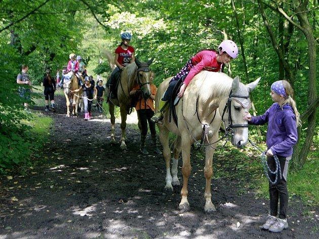 Děti na táboře od koní oddělí jen máloco.