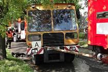 Čistící auto uvízlo v nově vyasfaltované silnici v Porubě. Vytáhnout ho museli hasiči.