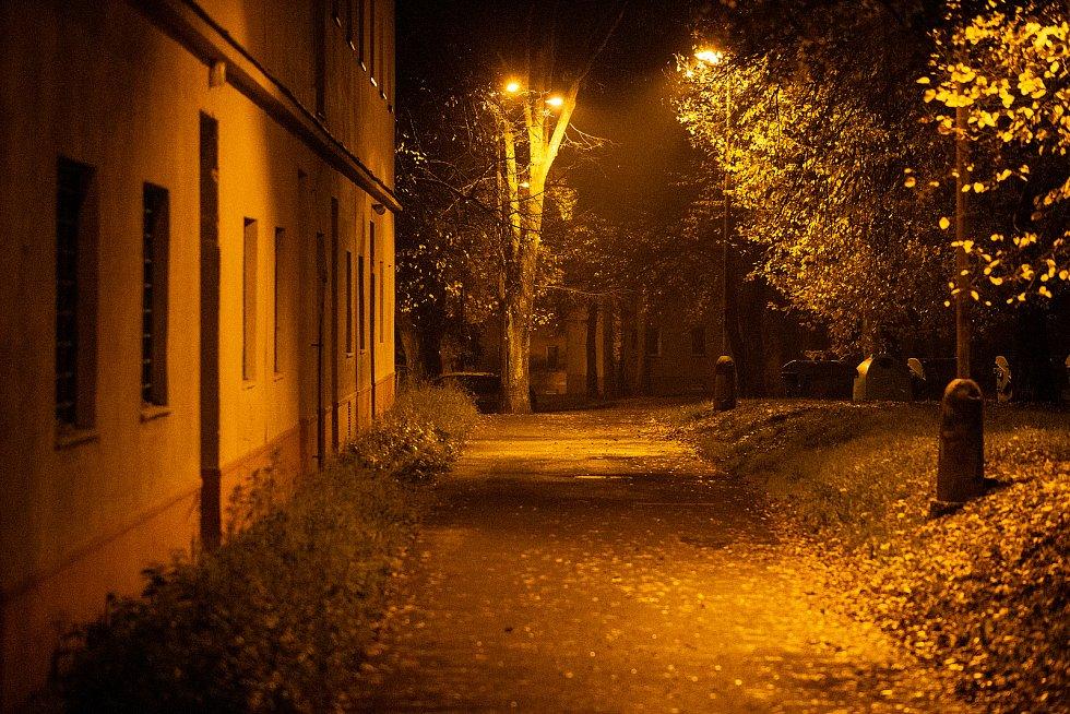 Ulice v Havířově - Šumbarku během nočního zákazu vycházení. Sobota 31. října 2020.