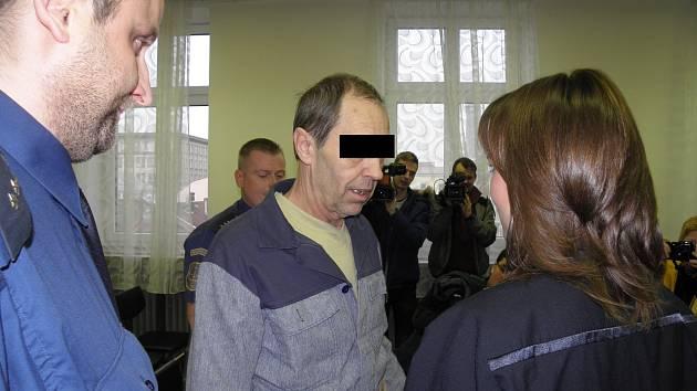 Muž (na snímku z hlavního líčení u ostravského krajského soudu) byl za vraždu manželky a tchyně odsouzen k patnácti rokům vězení.