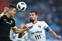 Semifinále fotbalového poháru MOL Cupu: FC Baník Ostrava - FC Slovan Liberec, 3. dubna 2019 v Ostravě. Na snímku (zleva) Ondřej Karafiát a Milan Baroš.